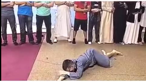 شاب أمريكي يستعرض مستهزيء أمام المصلين
