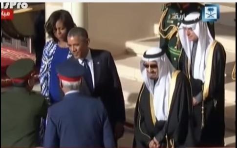 لحظة قطع الملك سلمان بن عبدالعزيز لمراسم استقبال أوباما لأداء صلاة العصر